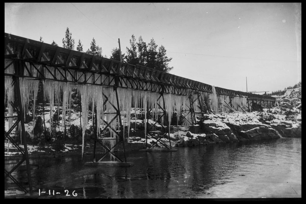 Arendal Fossekompani i begynnelsen av 1900-tallet CD merket 0470, Bilde: 61 Sted: Flaten Beskrivelse: Tømmerrenna