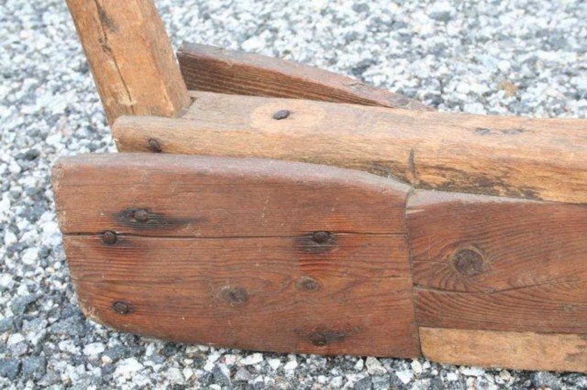 Sterkt krummet styre med kløft til håndtak. Kompakt trekloss utgjør kjernen av arden. Rette veltefjøler.