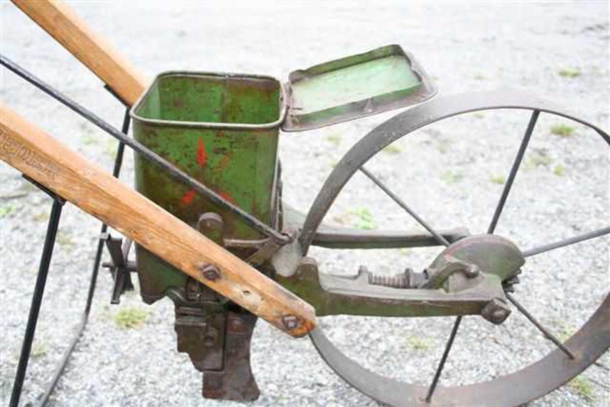 Form: Styre med hjul og såkasse. Reguleringsstang.