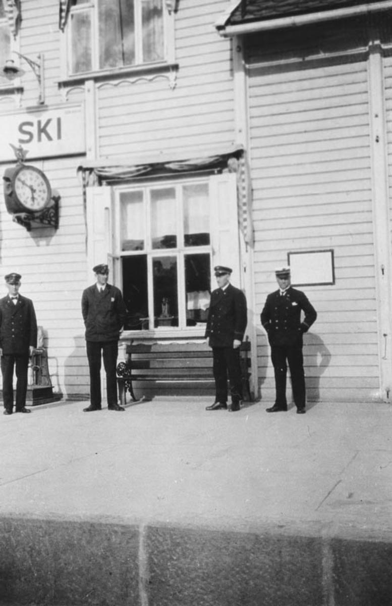 Ski stasjon. Fra h. Arthur Eide, ... Olden, ukjent, Alf Lunde.
