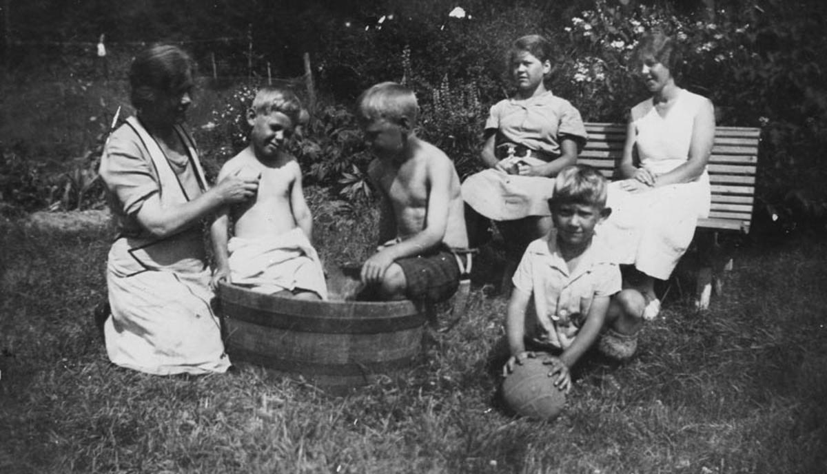 Lørdagsbad i stampen. Barn bades i stamp utendørs.