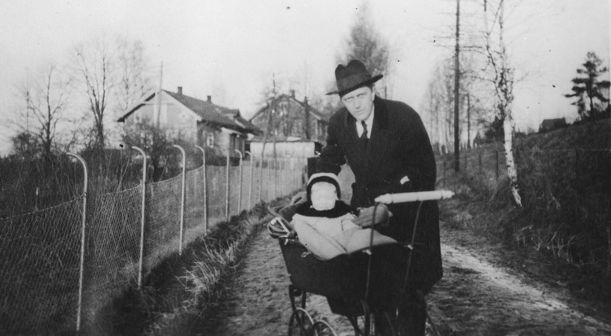 Erling Wold med datter på tur i barnevogn.