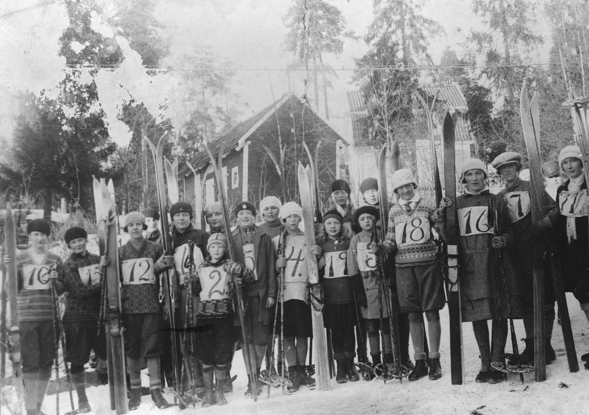Kvinner og jenter med skiutstyr.