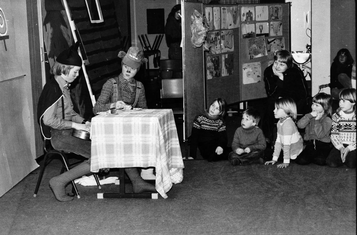 Elever ved en av Lørenskogs skoler spiller teater.