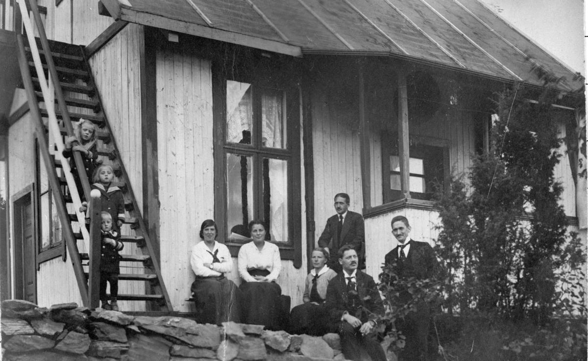 Fam. Hansen og Wilberg foran hytte (Sloravn.10).