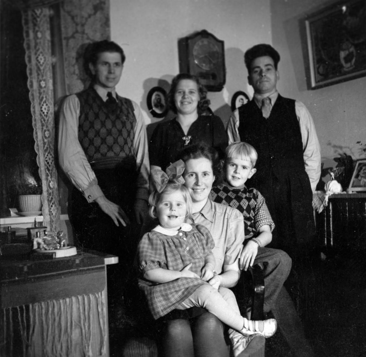 Fra h. bakerst: Erling Sørvold og Rakel Sørvold hos slektninger