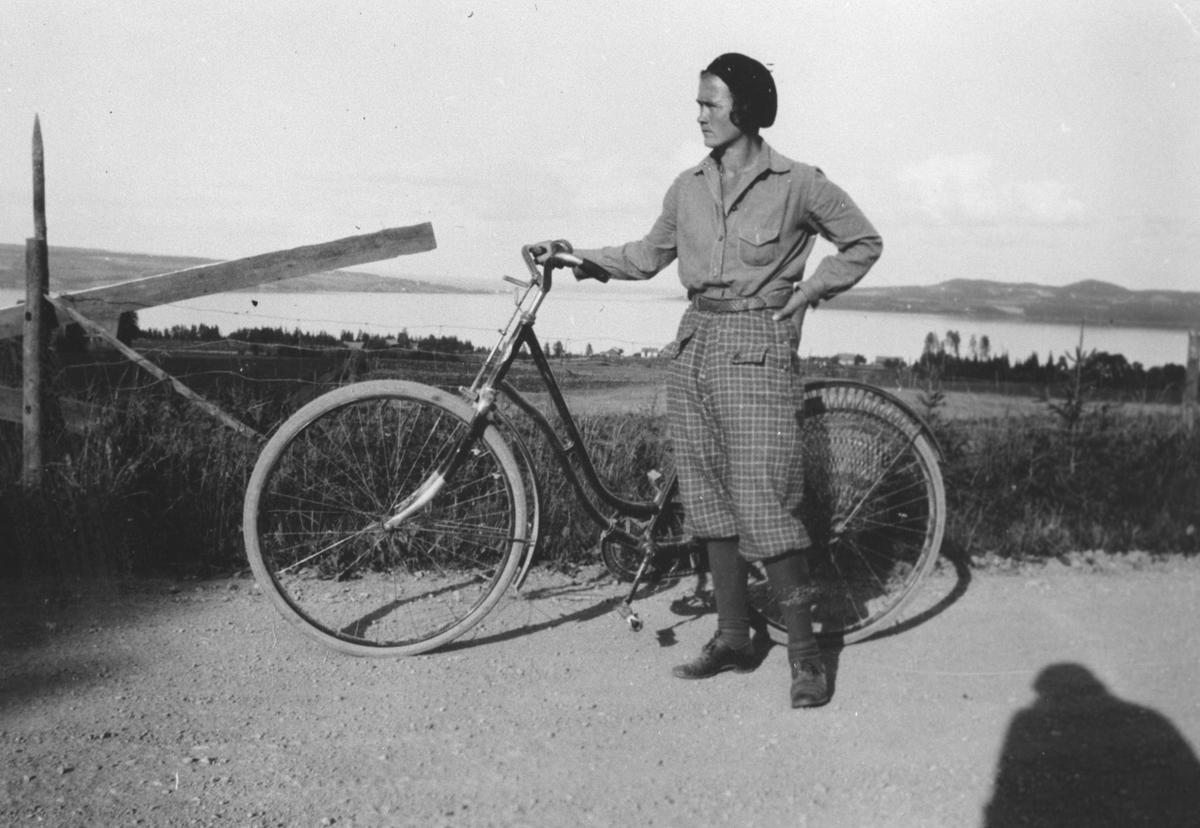 Jenny Hagen i sportsantrekk med sykkel.