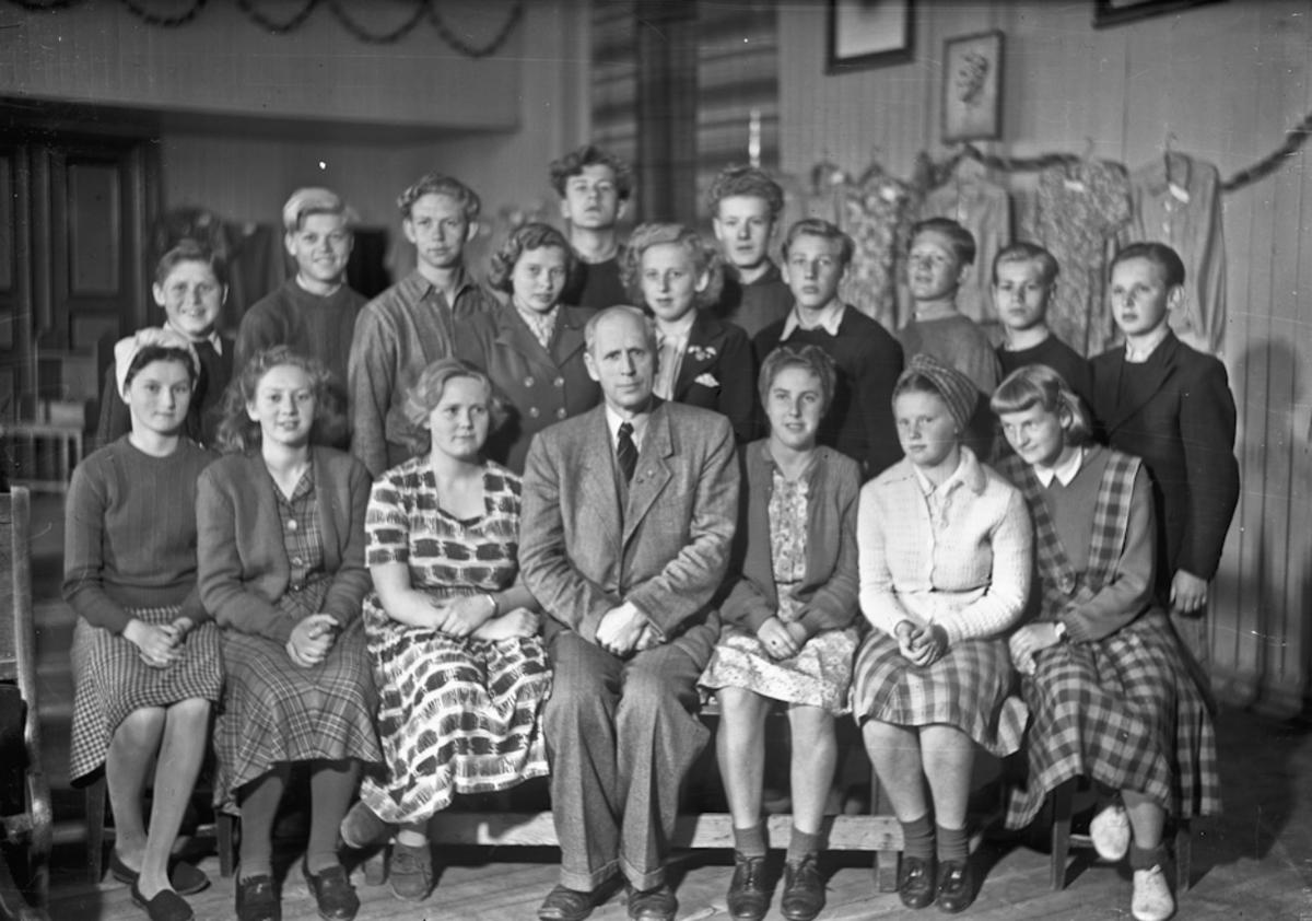 Fra en skole. Lærer Norheim i midten foran.