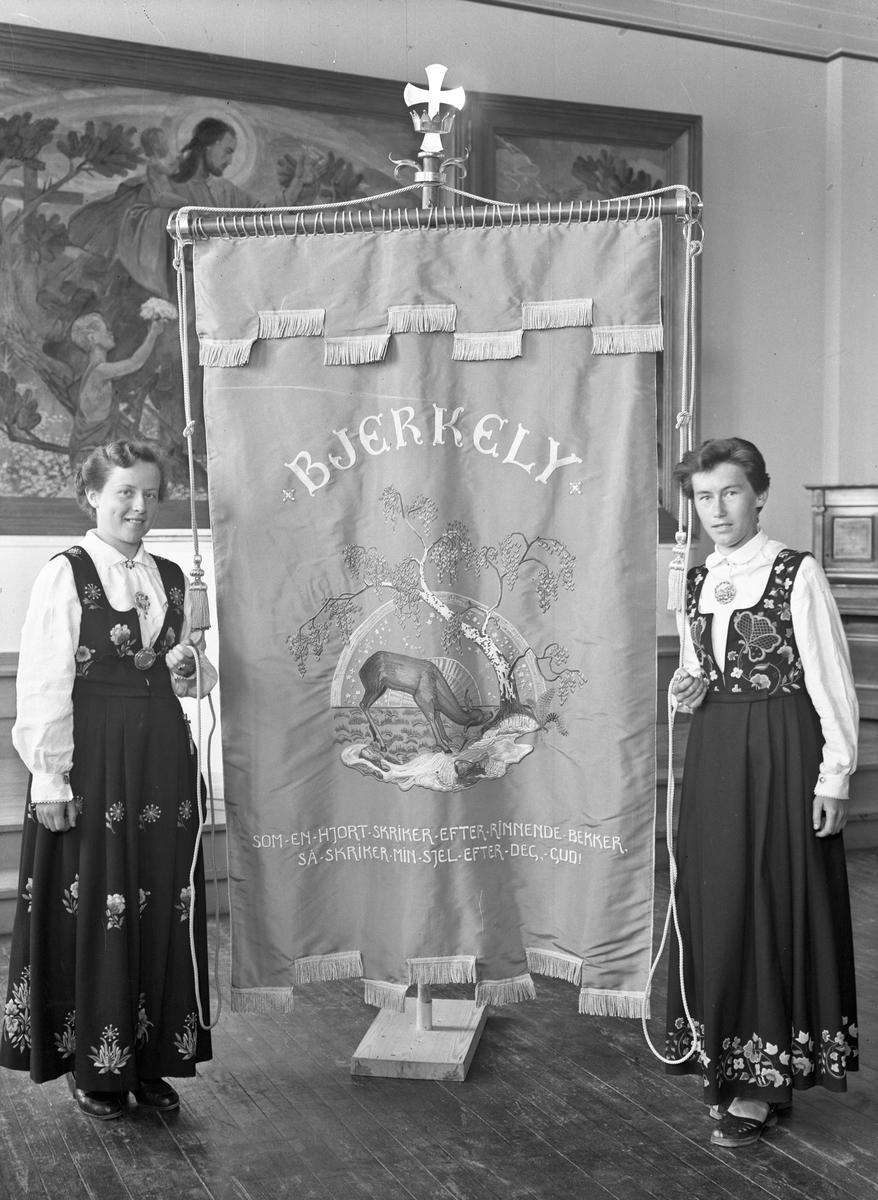 2 kvinner med fane fra Bjerkely.