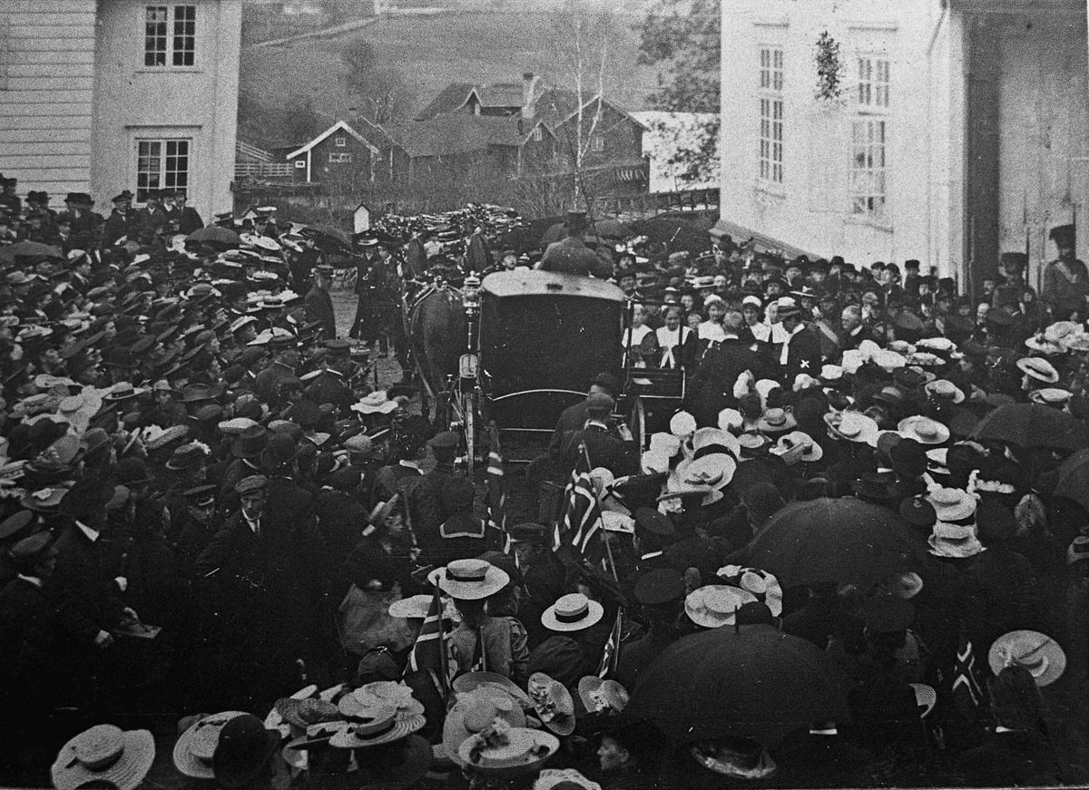 100-års jubileum for Grunnloven i 1914? Ved  Eidsvollbygningen. Kan også være i 1906.