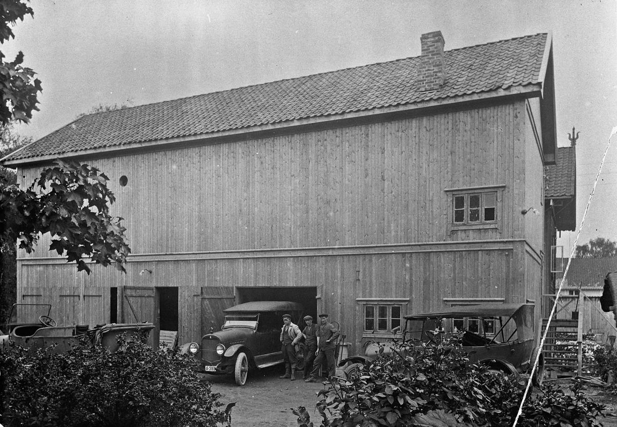 Kino og bilverksted i Sundet. I 2. etasje var Panorama kino. I 1. etasje bilverksted. Bilde er tatt tidlig på 1920-tallet.