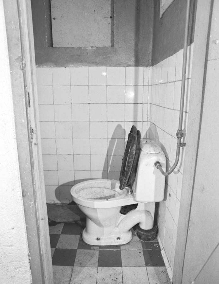 Dokumentasjon av hytte i Lørenskog.Toalett med lokket oppe