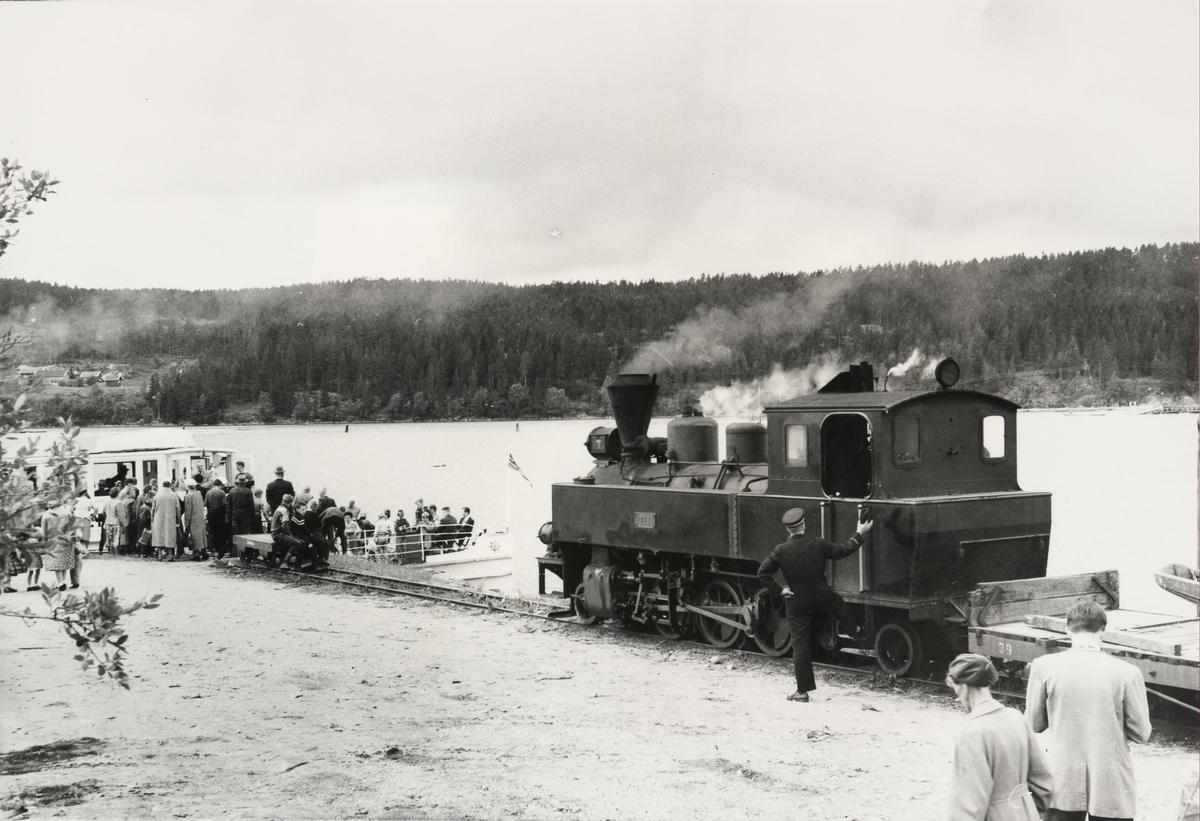 Tog 2051 har ankommet Skulerud brygge, og rundreisepassasjerene går ombord i D/S Turisten.