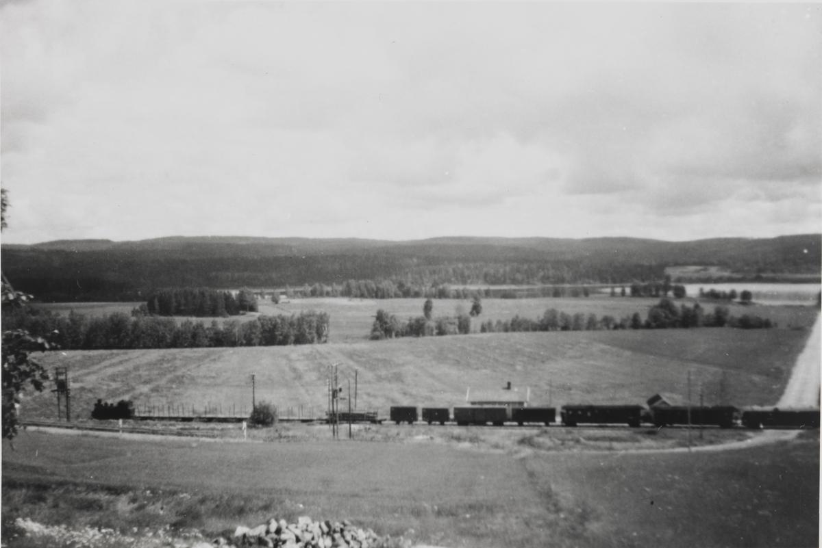 Tog retning Sørumsand ved Gromsrud gård syd for Hornåseng stasjon.