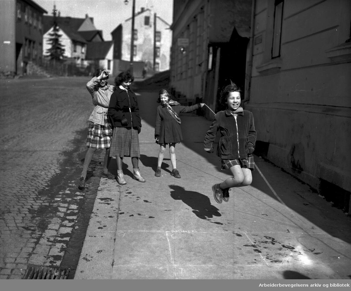 Jenter hopper tau på fortau,.mars 1953.