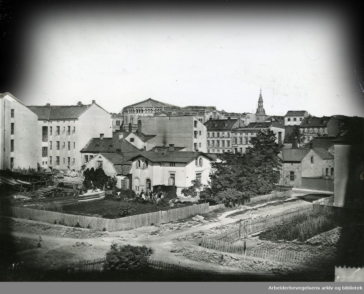 Grünnings løkke, hvor Kjeld Stubs gate ligger nå. Stortingsbygningen og Domkirken i bakgrunnen,.ca. 1866-83