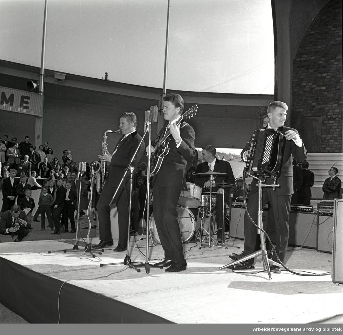 1. mai 1965 i Oslo.Framfylkingens arrangement på Jordal Amfi..Sven-Ingvars underholder.