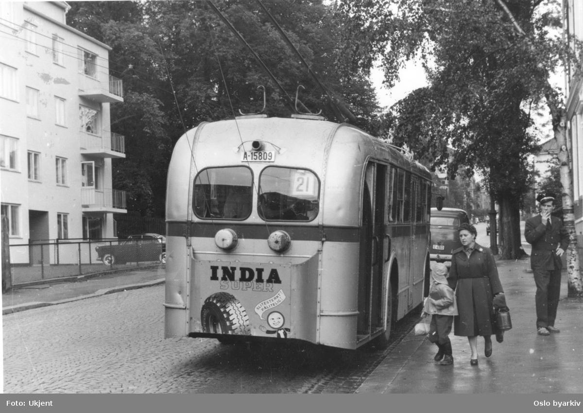 """Oslo Sporveiers buss, A-15809, linje 21, reklame for """"India dekk"""""""