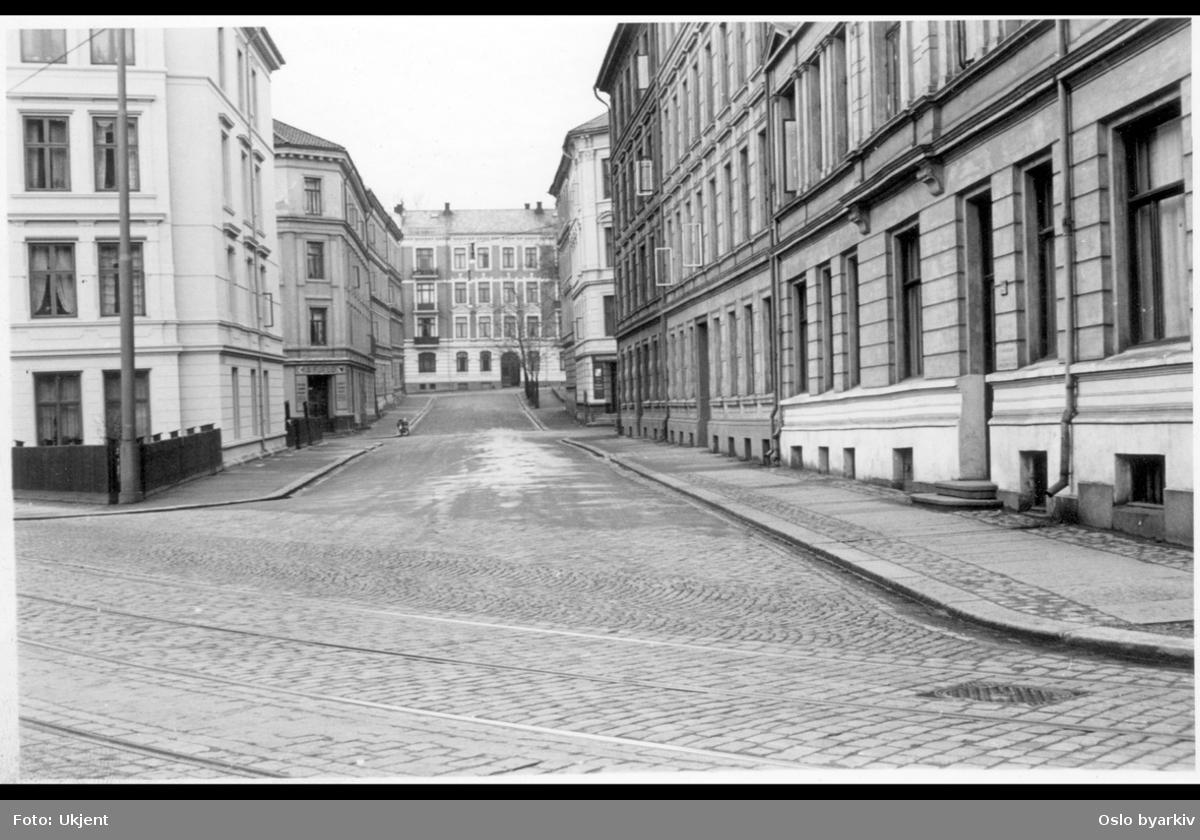 Gata sett fra krysset mot Huitfeldts gate og Lassons gate opp forbi Hansteens gate til Parkveien. Reichweins gate 5 til venstre. Trikkelinje til Munkedamsveien i forgrunnen.