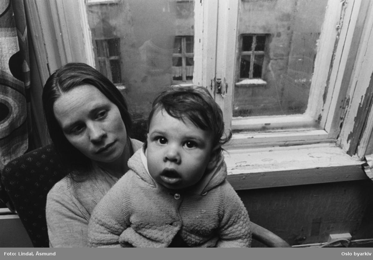 Bildet er publisert på s. 54 - 55 i boken Oslo-bilder. Fotografiet er fra prosjektet og boka ''Oslo-bilder. En fotografisk dokumentasjon av bo og leveforhold i 1981 - 82''. Kontakt Samfoto ved ev. bestilling av kopier.