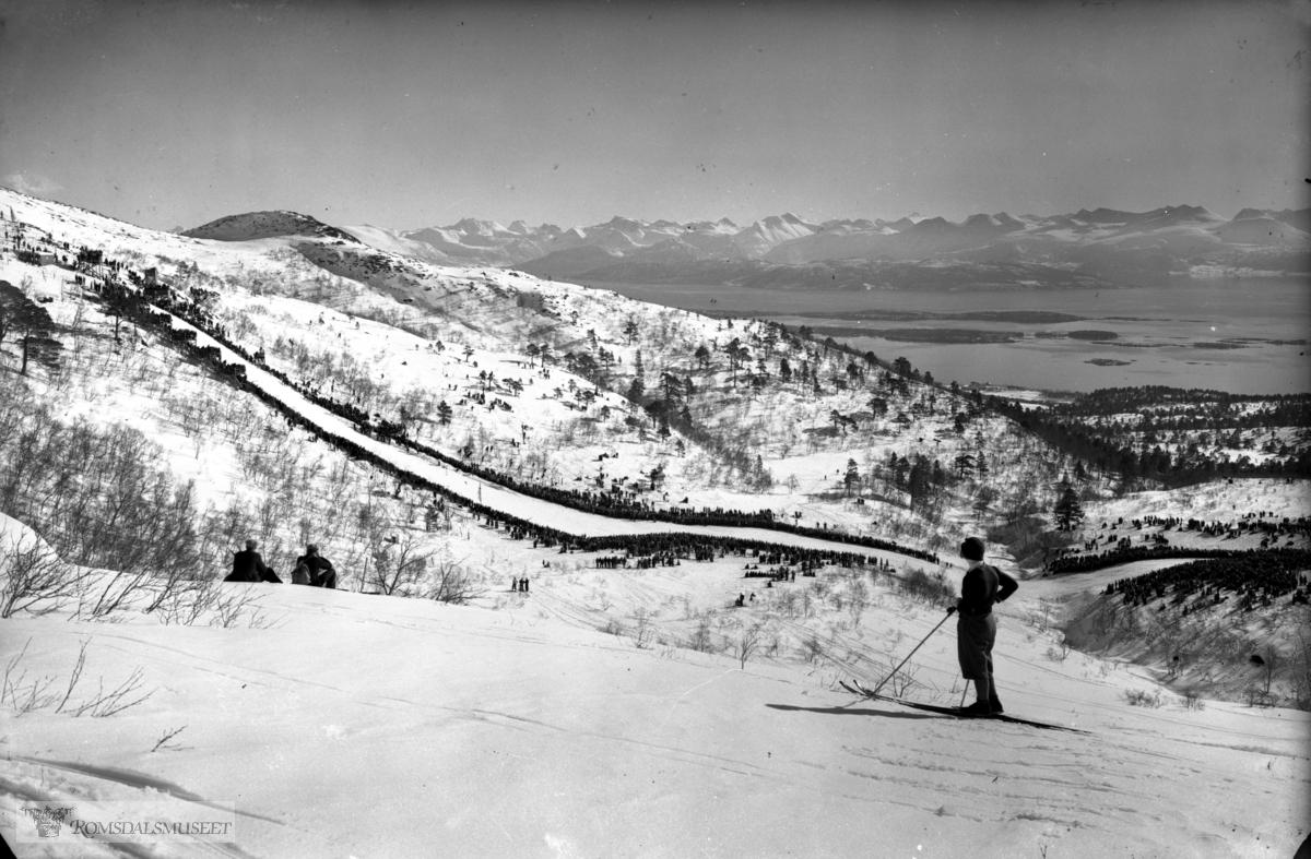 Hoppbakken, Romsdalsfjella i bakgrunnen.