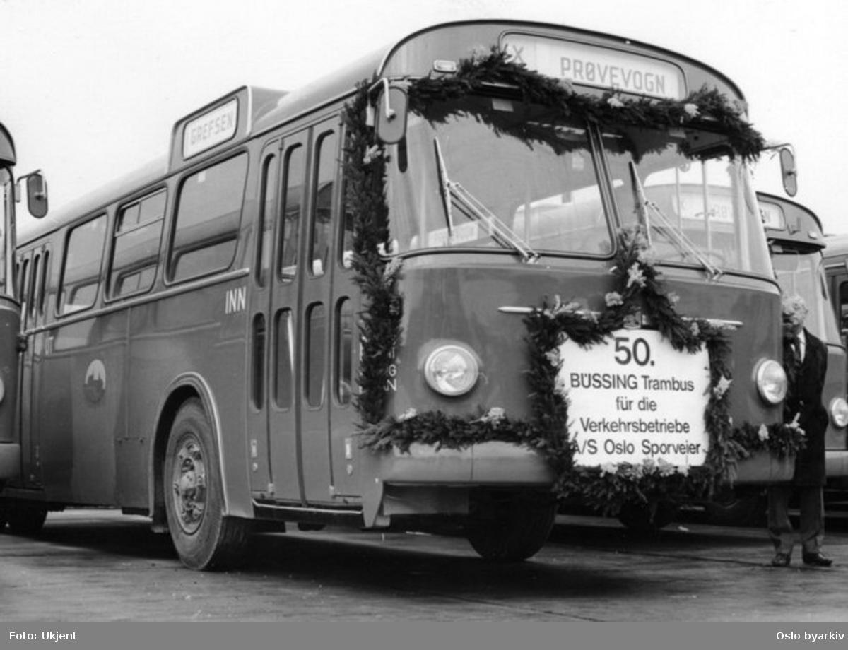 """Oslo Sporveier. Sporveisbusser. A-15780 dieselbuss type Büssing. """"50. Büssing til Oslo"""", girlandersmykket, nylevert buss som prøvevogn til sporveien."""
