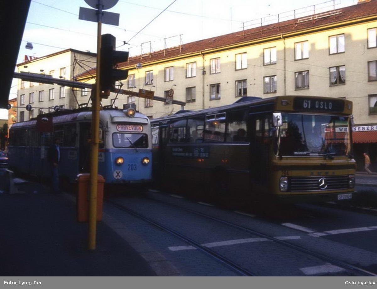 Busser, Ing. M.O. Schøyens Bilcentraler (SBC) nr. 294 linje 61 og B1 203 (på tur) i Trondheimsveien på Carl Berner.