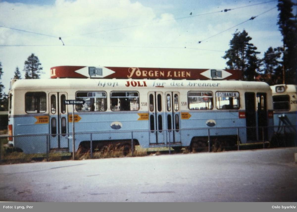 Oslo Sporveier. Lambertseterbanen. Trikk Høkatilhenger 558 type TBO og Høka motorvogn 249 type MBO på linje 4, her ved Bergkrystallen endeholdeplass og trikkesløyfe.