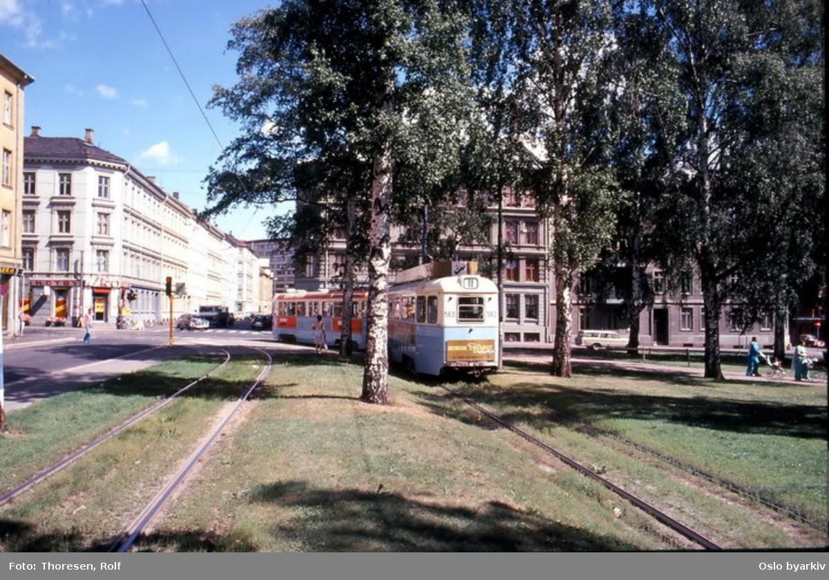 Oslo Sporveier. Trikk tilhenger 563 type TBO linje 11 til Kjelsås i nordenden av Birkelunden inn mot Toftes gate.
