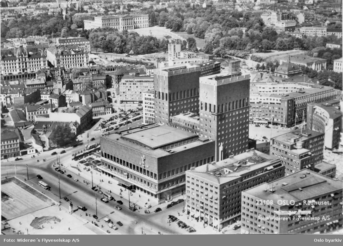 Oslo Rådhus, Borggården, Rådhusplassen med tilliggende forretningsbygg. Gammel Vikabebyggelse. Victoria terrasse, Slottet, Slottsparken. Biler, busser. Postkort 22108. (Flyfoto)