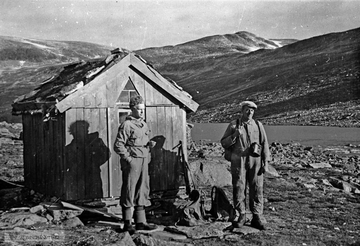 Stordalshytta i Stordalen. Denne jakthytta er ei av tre jaktbuer Henning B. Øverås hadde i jaktterenget. Vi ser Petter Solemdal (Molde) og Einar Øverås.....