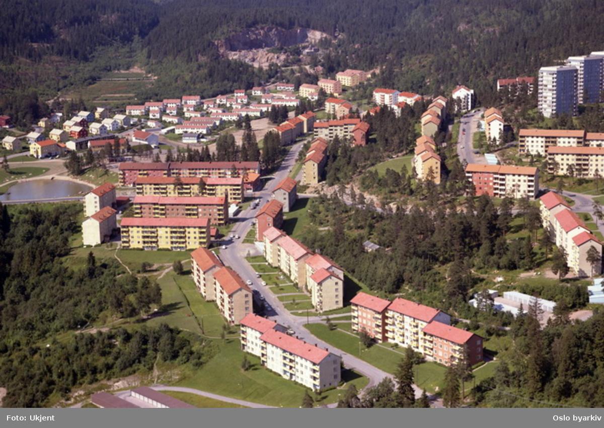 Selvbyggerveien krysser Rødbergveien midt på bildet. Ragna Nielsens vei til høyre. (Flyfoto)