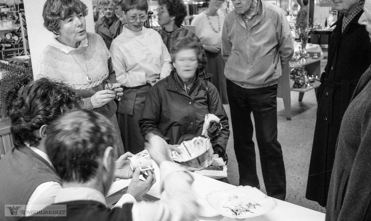 På jakt Porskerund porselen i Molde..Inne i O.E Strande sin butikk..Trykt i RB 02.11.1984.