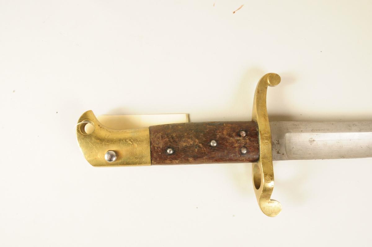 Sabelbajonett for Krag Pertersson-geværet. Dette er en variant av sabelbajonett M1860 for Remingtongevær og 4'' kammerladingsgevær. Den enkelte bajonett ble tilpasset det enkelte våpen etter herding av klingen. Våpennummeret ble derfor slått in i parerplaten.