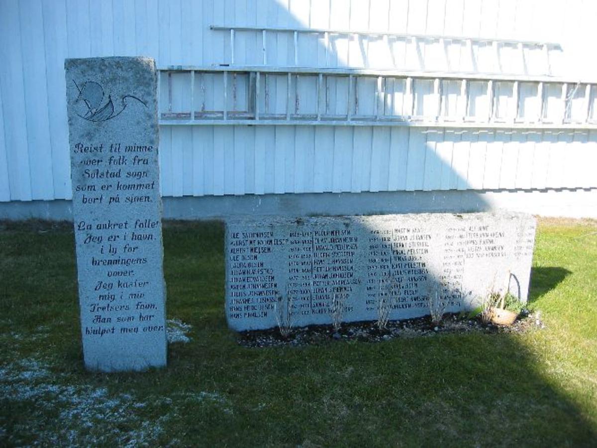 Bautastein med inskripsjon. Navnene er gjengitt i den rekkefølge de omkom på sjøen. 2 omkom under 1. verdenskrig, og 1 omkom under 2. verdenskrig.