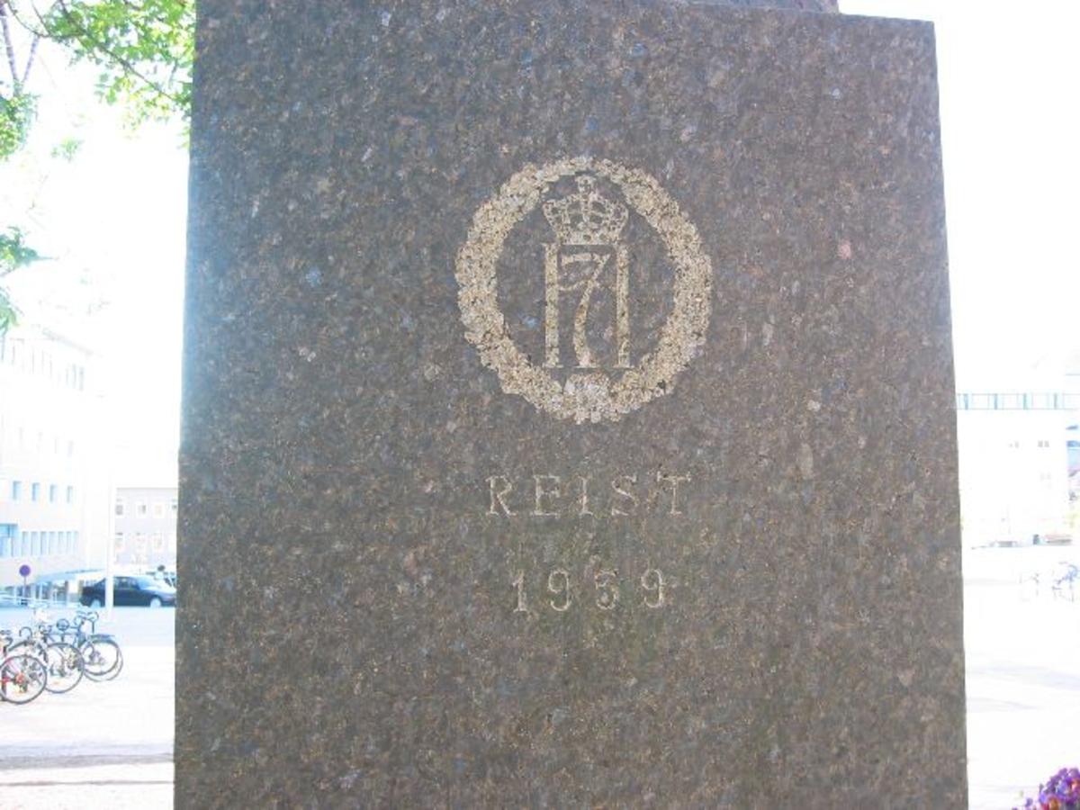 Statue av kong Haakon 7. Inskripsjon på sokkelen.