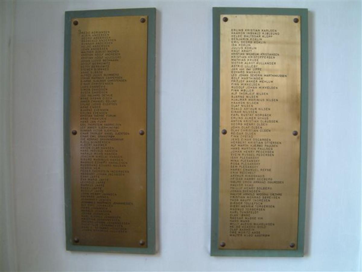 3 bronsetavler, 1 tavle med inskripsjon og 2 tavler med navn på de falne.
