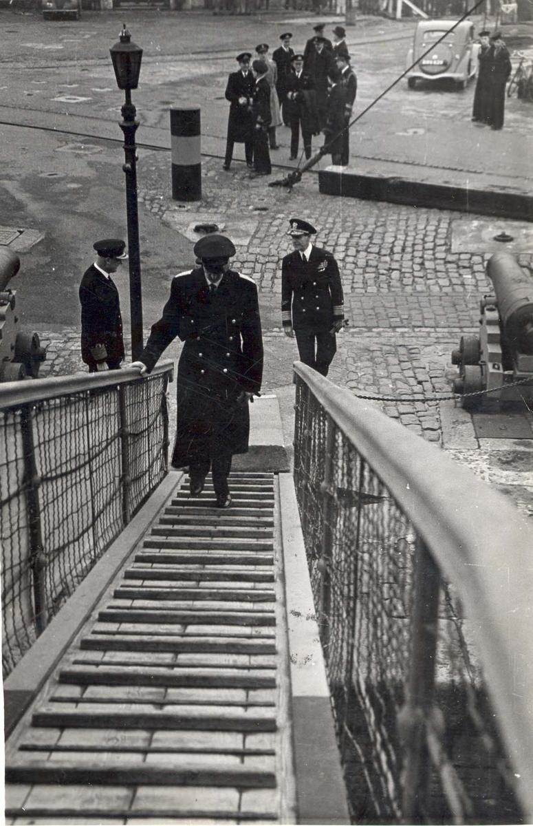 """Jageren """"Stord"""".  HM Kong Haakon VII. på inspeksjon under 2. VK. Kongen går om bord."""
