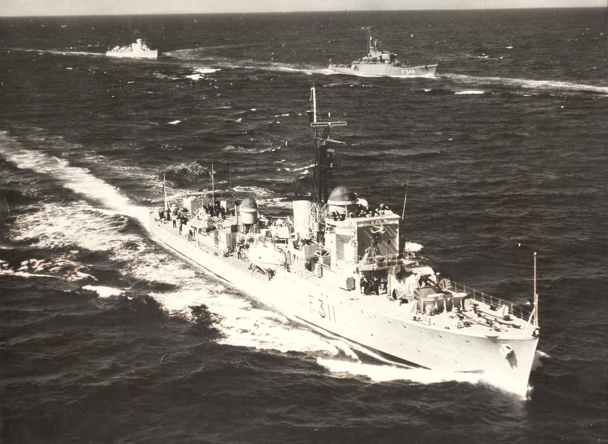 KNM Tromsø seiler i farvann med andre fartøyer