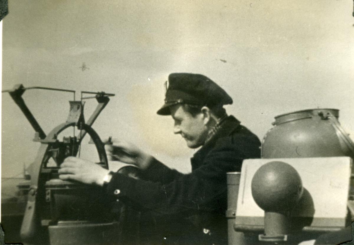 """Album Glaisdale H.Nor.M.S. """"Glaisdale"""". Fotograf: Filmavdelingen. Viser offiserer på skipet."""