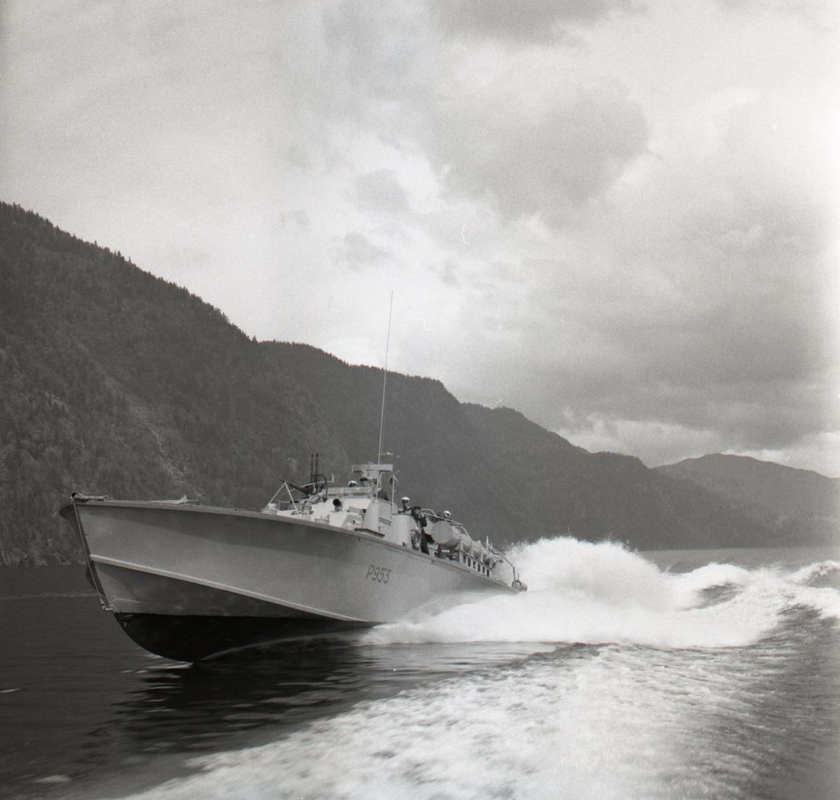 Samlefoto: Elco-klasse MTB-er gjennom Bandak-kanalen i juli 1953. Full fart.