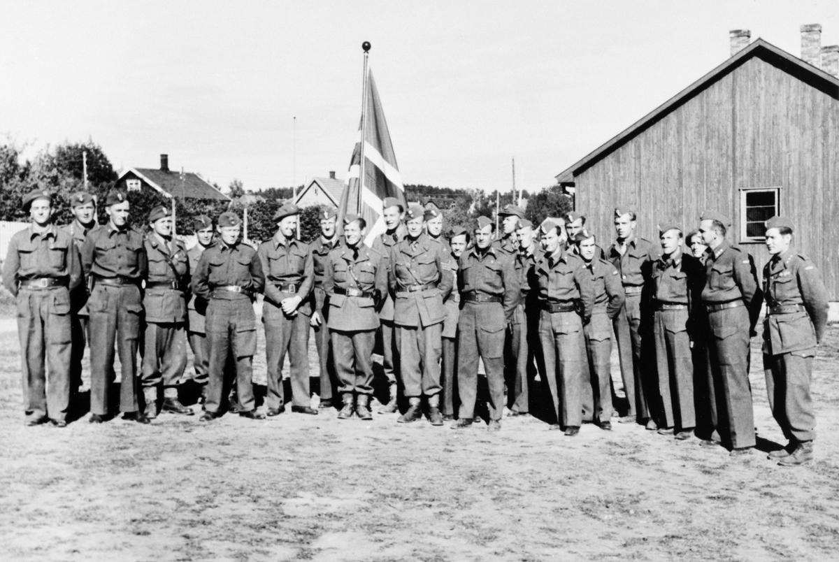 STOR GRUPPE: MILITÆRE SOLDATER OPPSTILT, RIDEHUSET, HJEMMEFRONTEN