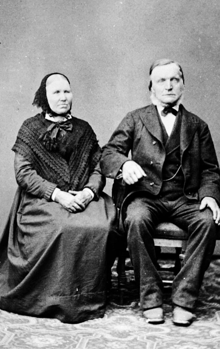 Ekteparet Oline f.1826 og Ole Samuelstuen f.1820, Brøttum, Ringsaker. Emigrerte til Amerika i 1880-årene.