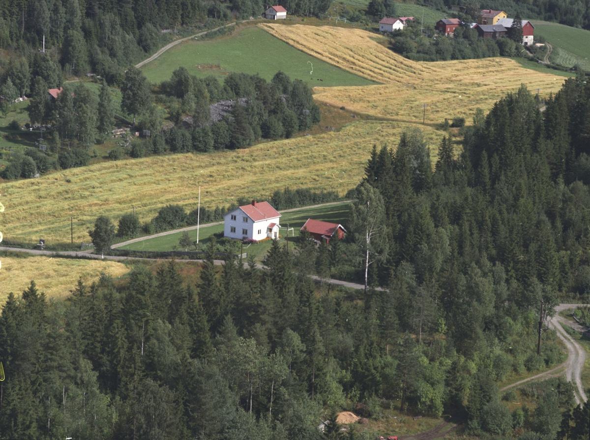 Flyfoto, garden i bakgrunnen er Sveom, boligen i forgrunnen tilhører gården, Bergsengroa, Ringsaker.