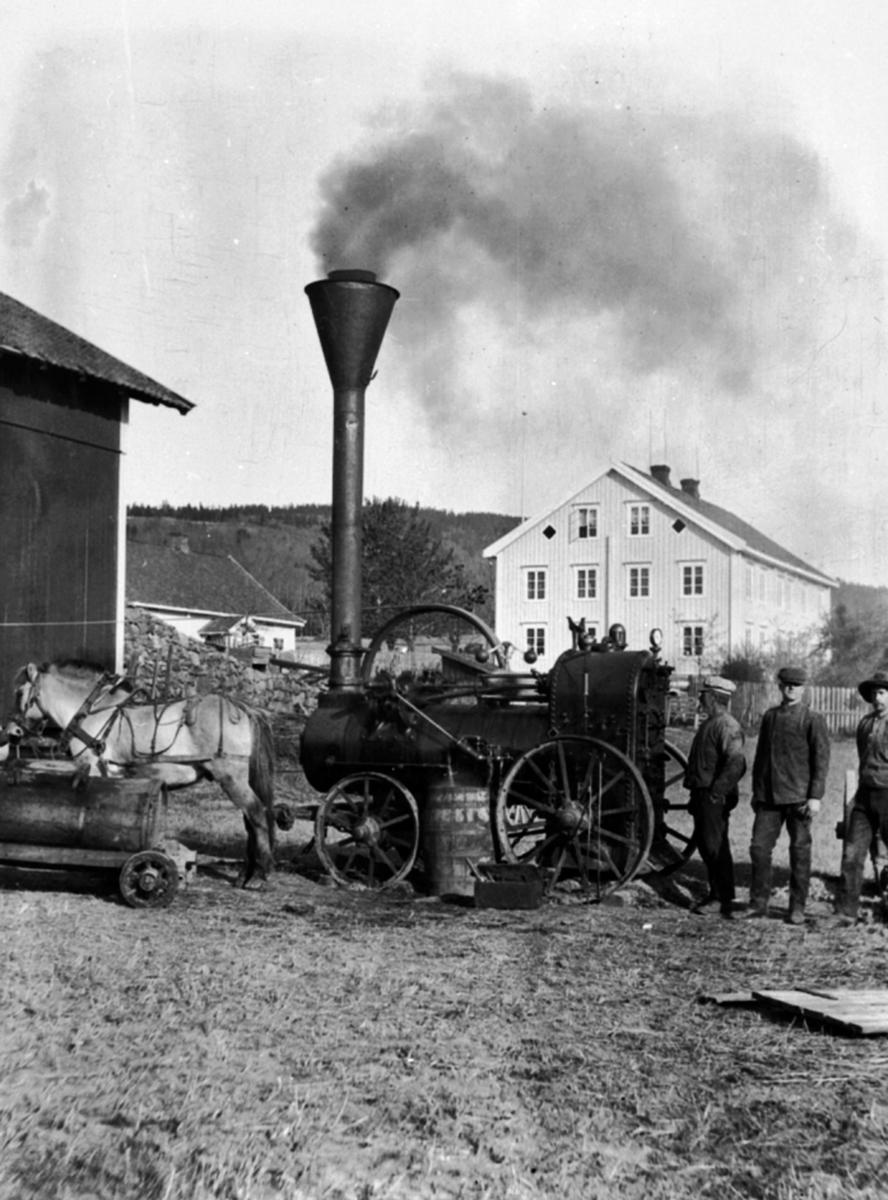 Tresking med dampkjele på Stor-Mørkved i 1910. Bøndene i området gikk sammen i treskelag, og hadde maskinen en periode hver. Maskinene var av merke Drottningborg. Nærmest maskinen står maskinmester Kristian Johansen Jevanordbakken, ved siden av han sønnen Johan. Maskinen ble trukket mellom gårdene av 14 hester. Dampmaskinen ble også omtalt som en lokomobil. Slike ble blant annet brukt til å drive treskeverk med removerføring fra det store hjulet i overkant av kjelen.