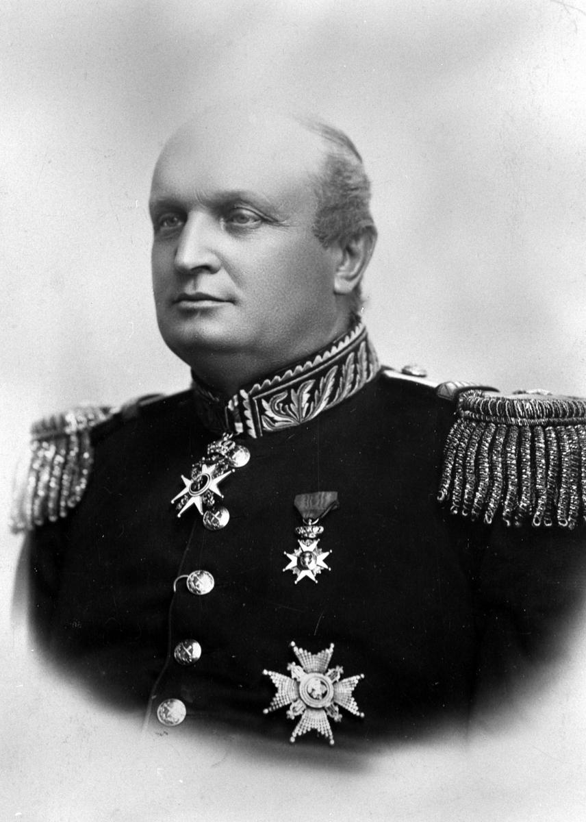 Portrett av general Christian Wilhelm Engel Bredal Olssøn (1844-1915) i full uniform med medaljer og ordener på Hovelsrud, Helgøya. Han var general og krigsminister i 1905.