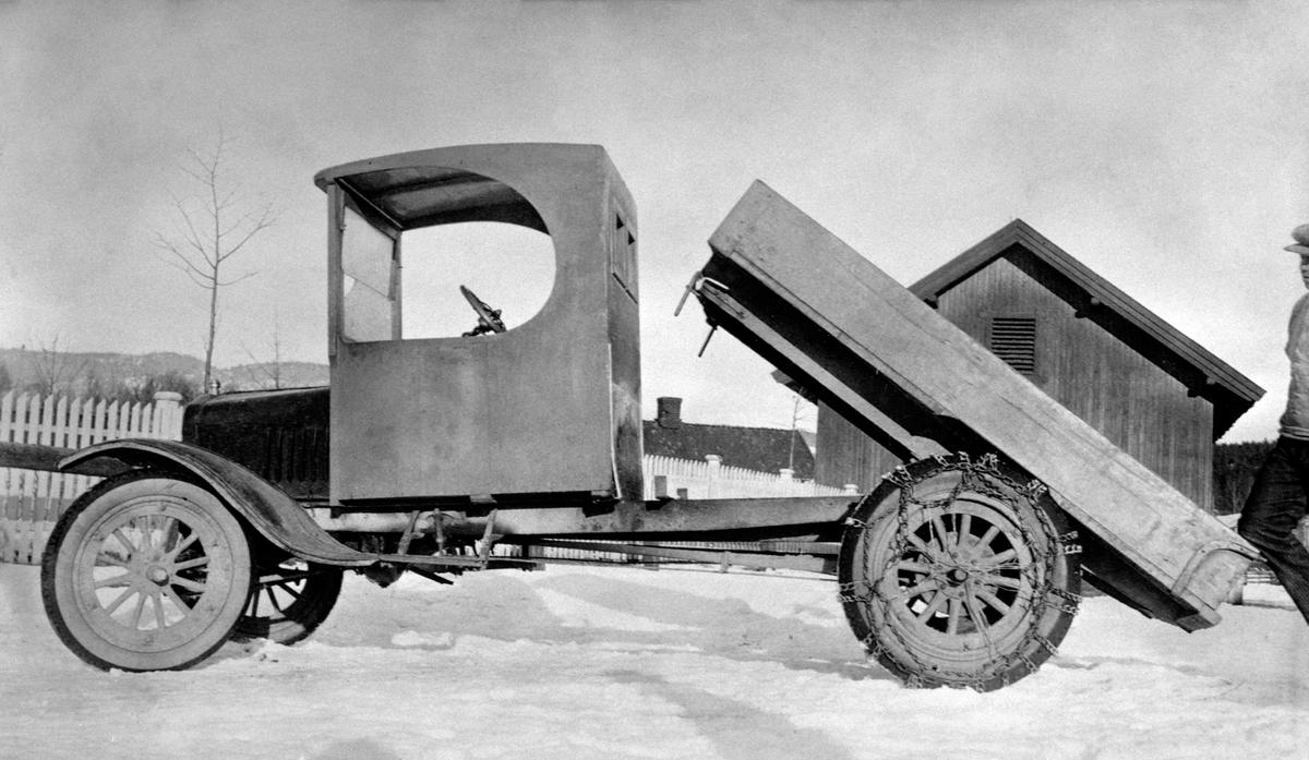 Lastebil med tipp ved Strand Brænderi, Moelv. Ford T, 1 tonns lastebil med tipp, 1917 modell. Første i Moelv.