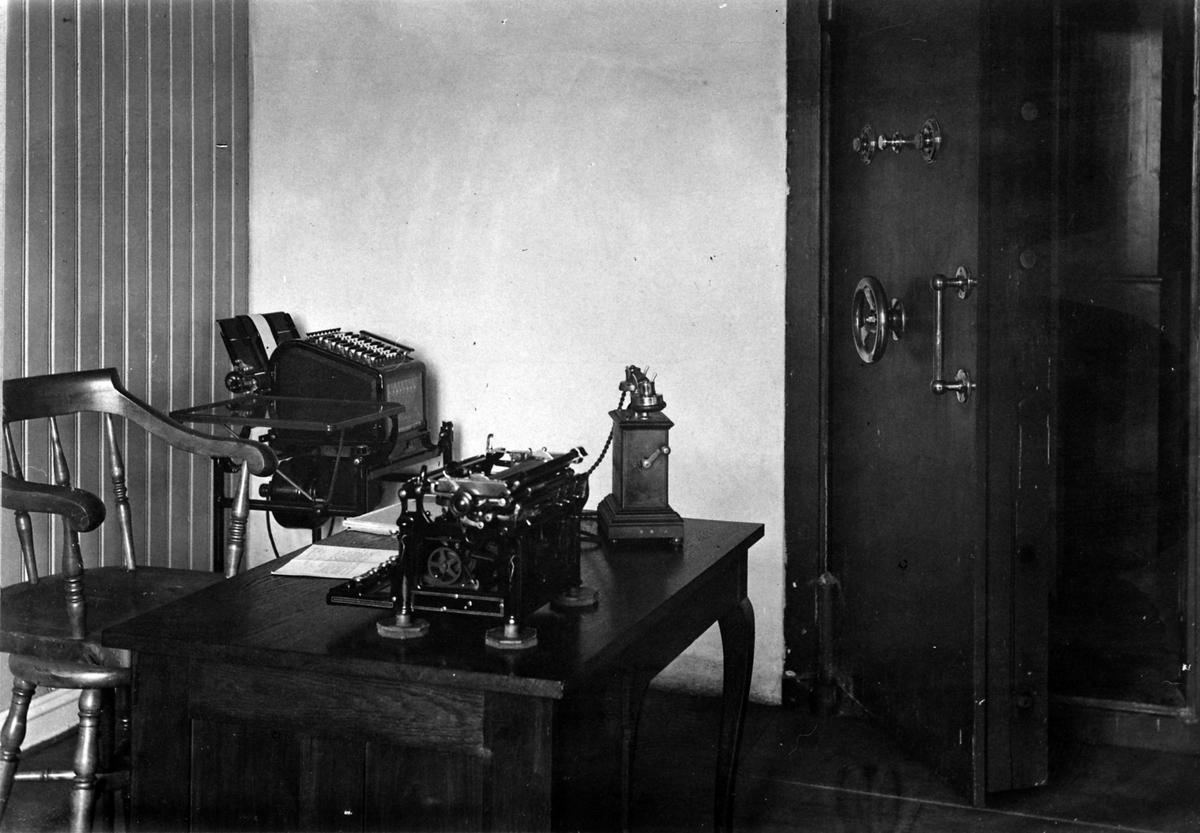 Interiør, kontor, Ringsaker Sparebank, Moelv, telefon, skrivemaskin, pult, bankhvelv, 1927.