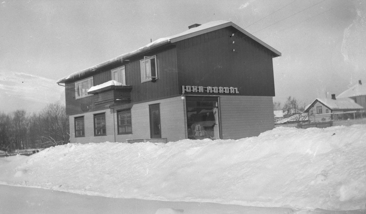Nygata 21 bygd ferdig 1946., Brumunddal. John Mordal, Forretning og skredderverksted, systue, konfeksjon. Bygningen ble tegnet av arkitekt Rolf Prag, (ca. 1948)