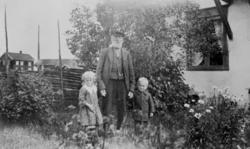GRUPPE: 3, ANDREAS LAGERÅEN MED BARNEBARNA OLAVA INGVOLDSTAD